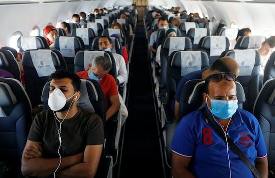 Passagiere mit Mund-Nasen-Schutz an Bord eines Fliegers in Sharm el-Sheikh, Ägypten am 20. Juni 2020. (Symbolfoto)