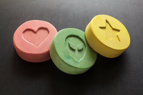 Trio bot am Parkplatz 225 Stück Ecstasy-Tabletten zum Verkauf an.