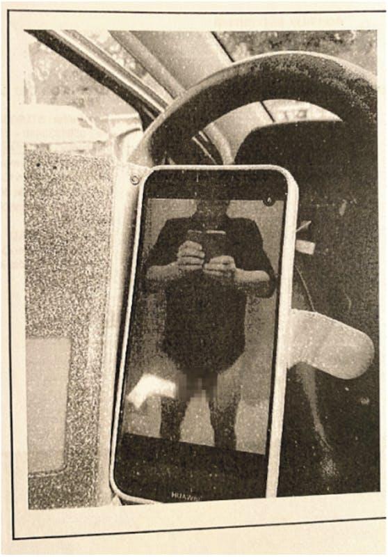 Originalbild: Ein Mirror-Selfie des Amtsdirektors mit heruntergelassener Hose....