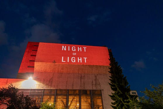 Ganz in Rot. Die Tabakfabrik wurde Montagabend beleuchtet.