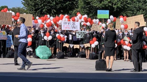 Die Mitarbeiter der Fluglinie protestieren vor dem Bundeskanzleramt gegen ihren Jobverlust.