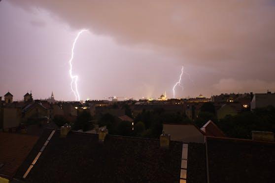 Gewitter-Gefahr: Der Regen lässt zwar ab Mittwoch nach, es gibt aber immer wieder kräftige Gewitter.