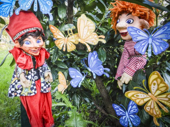 Kasperl und Seppy bewundern die Schmetterlinge.