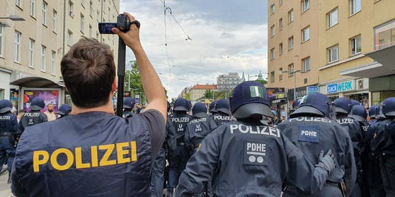 Themenbild: Polizisten bei einer der Demos am 25. Juni in Favoriten