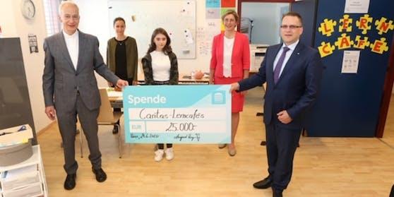ÖVP-Klubobmann August Wöginger übergibt einen Spendenscheck in der Höhe von 25.000 Euro an Caritas-Präsident Michael Landau