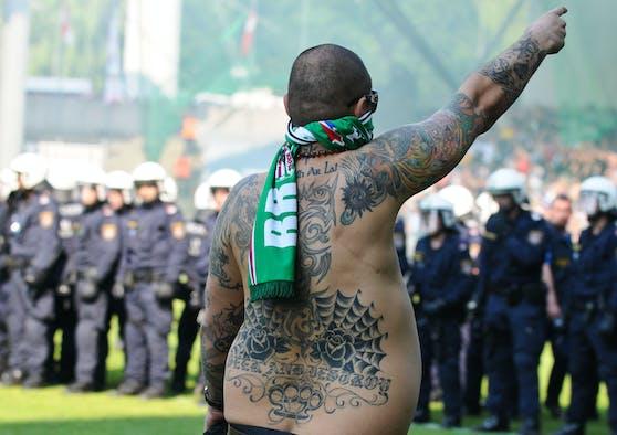 """Der """"Hass-Grieche"""" beim Platzsturm 2011"""