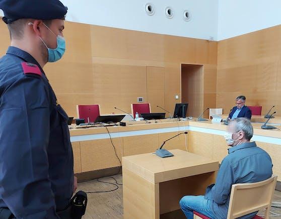 Der Angeklagte, am Donnerstag, im Gerichtssaal des Landesgerichts Wels.