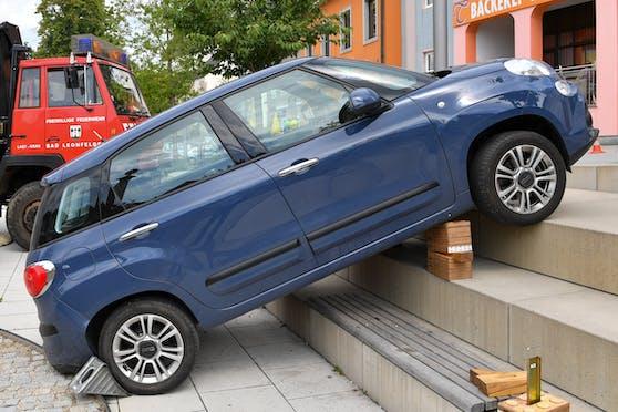 In Gallneukirchen blieb ein Auto auf einer Treppe hängen.