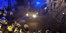 Illegale Straßenparty artet aus: 22 Polizisten verletzt