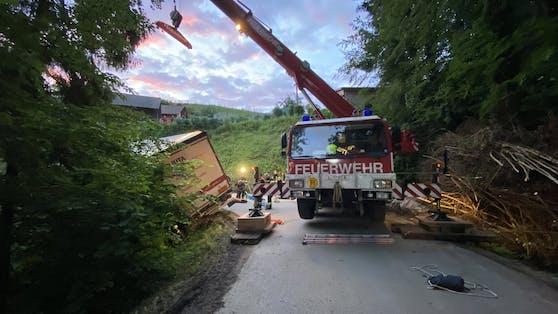 Der Lastwagen hatte sich auf einen Radweg verfahren, drohte über eine Böschung abzustürzen.