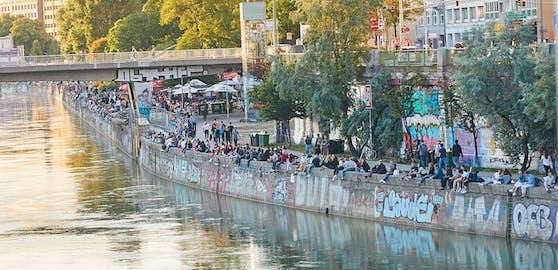 Am Donaukanal wird - für den Geschmack der Behörden – zu wild und mit zu wenig Abstand gefeiert. Auch der hinterlassene Mist sowie der Party-Lärm sind ein Problem.