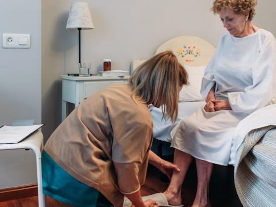 Symbolfoto einer Pflegerin bei der Arbeit.