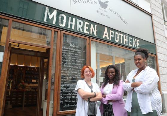 Apothekerin Sassa Marosi mit den Black-Lives-Matter-Organisatorinnen Mireille Ngosso und Noomi Anyanwu (re.).