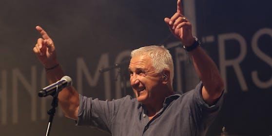 """Hans Krankl (hier live mit Monti Beton) hat bei den neuen""""Liebesg'schichten"""" Mikrophon-Sperre."""