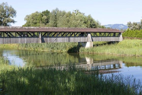 Holzbrücke über die Dornbirner Ach in Hard, Vorarlberg.