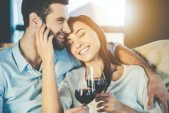 Gemeinsamer (gemäßigter) Alkoholkonsum ist laut einer Studie der Schlüssel zum Liebesglück.