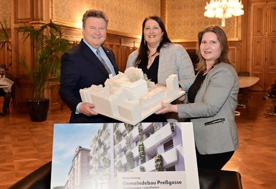 Bürgermeister Michael Ludwig und Wohnbaustadträtin Kathrin Gaal mit einer Bewohnerin der Wohnhausanlage Pressgasse.
