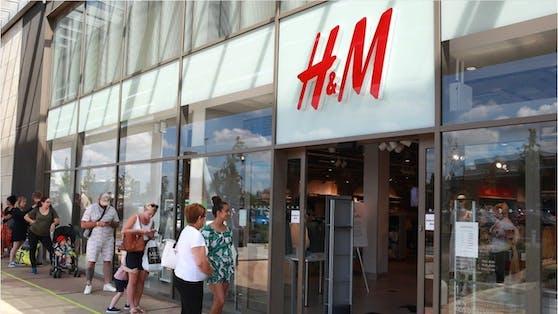 Wegen der Corona-Pandemie schreibt H&M rote Zahlen und möchte bis zum Jahresende Filialen auf der ganzen Welt schließen.