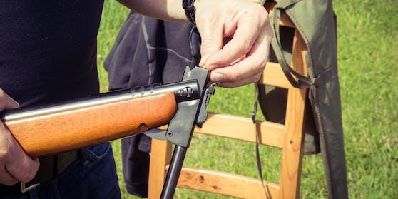 (Symbolbild) Der 22-Jährige schoss zusammen mit einem Bekannten mit dem Luftdruckgewehr, als es zu dem Unfall kam.