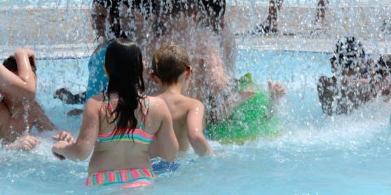 (Symbolbild) Entwarnung: Das Wasser im Freibad birgt kein Corona-Risiko.