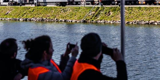 Saisonstart der Mural Harbour Gallery im Linz: Besucher blicken auf Wandgemälde und Graffiti an den Gebäuden im Linzer Hafen. Archivbild, 6. April 2019