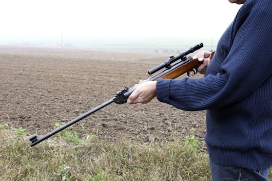 Mit einem Luftdruckgewehr ging der Mann auf die Jagd nach Ratten, dabei traf er benahe einen Lkw-Fahrer.