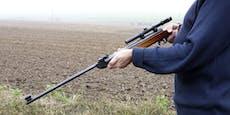 Pensionist stiehlt Gewehr und zielt auf Angestellte