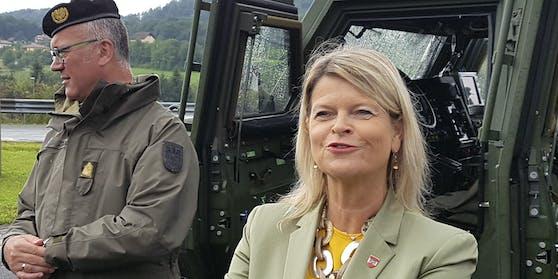 """""""Unsere Soldatinnen und Soldaten unterstützen bei sämtlichen Tätigkeiten, die dabei helfen, endlich wieder zur Normalität zurückzukehren"""" - Verteidigungsministerin Klaudia Tanner (ÖVP)."""