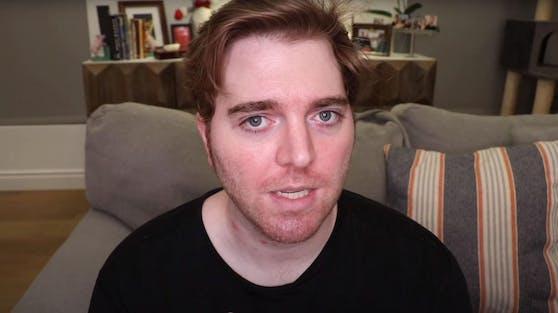Shane Dawson blickt völlig fertig in die Kamera.
