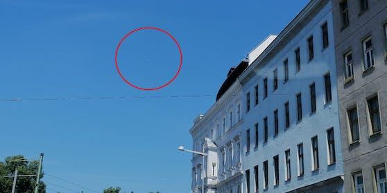 Das weiße dreieckige Flugobjekt beim Wiener Gürtel.