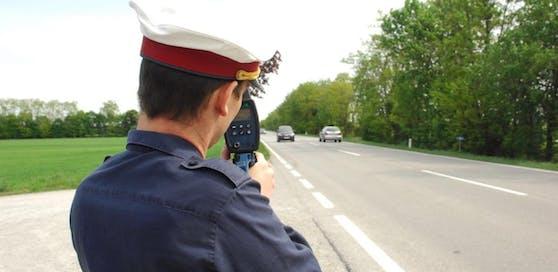 Symbolfoto eines Polizisten mit Laserpistole