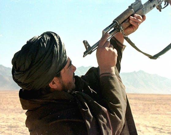 Ein Taliban-Kämpfer in Afghanistan bei der Reinigung seiner Waffe. Archivbild, 27. Oktober 1997