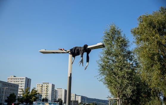 Dieser Mann auf der Laterne sorgt an der Donaulände für Aufsehen.