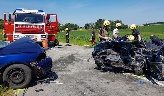 Die Fahrzeuge wurden bei dem Crash völlig zerstört.