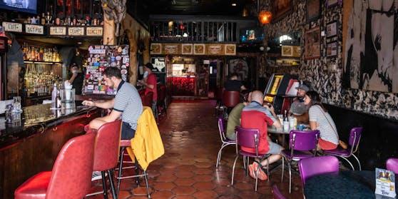 20 Personen haben sich in einer Bar angesteckt.
