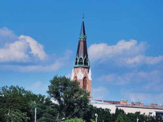Huawei P40 Pro+ ist ein Zoom-Wunder: Hier ist die Nahaufnahme vom Kirchenturm in Wien-Floridsdorf auf der gegenüberliegenden Uferseite!