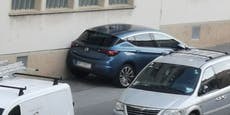 Wiener parkt blauen Opel kurzerhand auf Gehsteig