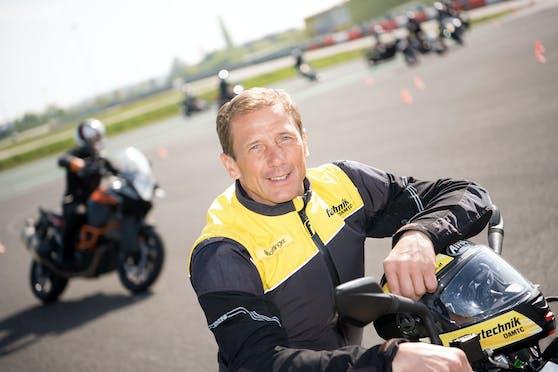 ÖAMTC Fahrtechnik-Experte und Bikeprofi Erwin Machtlinger appelliert eindringlich, auf den Selbstschutz zu achten.