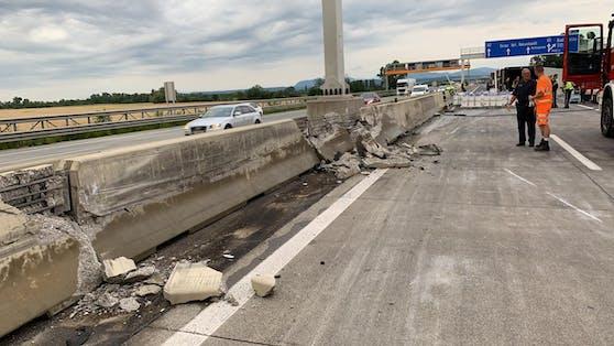 Weil die Betonleitwand beschädigt wurde, bleibt dievierte Spur vorerst noch gesperrt