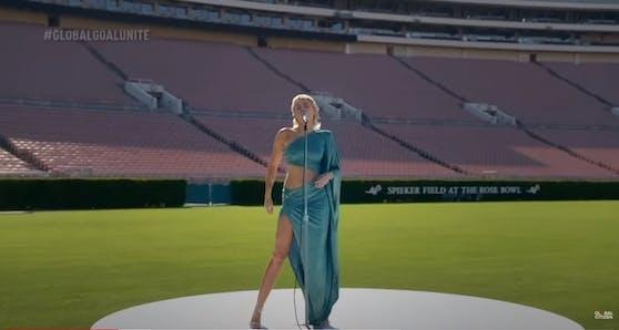 "Miley Cyrus singt im leeren Rose Bowl Stadion in Pasadena ""Help"" von den Beatles"