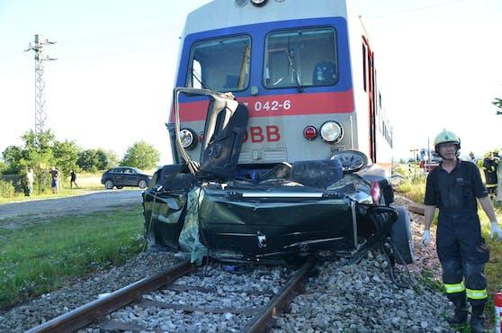 Auto von Zug völlig zerstört
