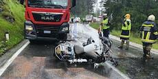 Tödlicher Unfall: Biker schlittert nach Sturz unter Lkw