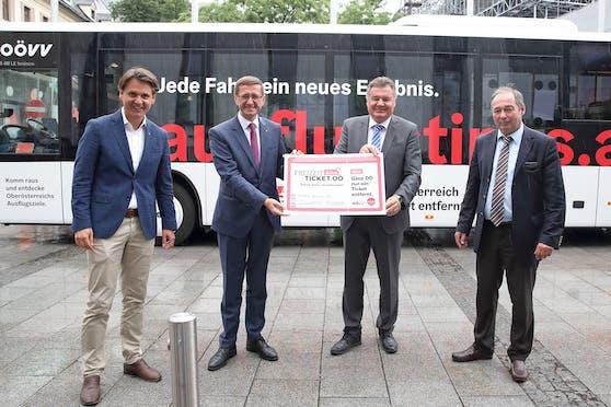 Die Landesräte Markus Achleitner und Günther Steinkellner (mitte) mit den Geschäftsführern des OÖ Tourismus und des OÖ Verkehrsverbundes