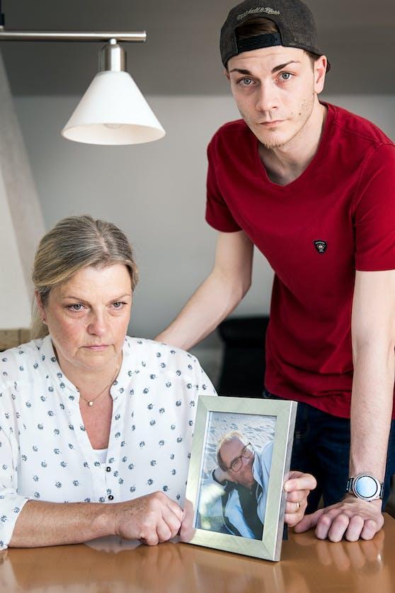 Doris Henkel (l.) mit einem Foto ihres Mannes, hinten steht Sohn Leonard.
