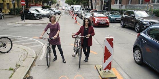 Vizebürgermeisterin Birgit Hebein (Grüne, li.) und Alsergrund-Bezirkschefin Saya Ahmad (SPÖ) eröffnen den Pop-up-Radweg Hörlgasse.