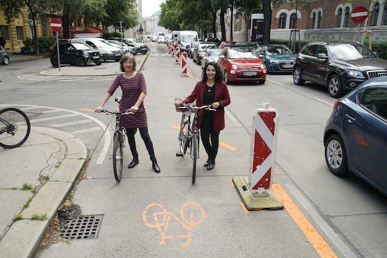 Vizebürgermeisterin Birgit Hebein (G, li.) und Alsergrund-Bezirkschefin Saya Ahmad (SPÖ) eröffnen den neuen Pop-up-Radweg Hörlgasse.