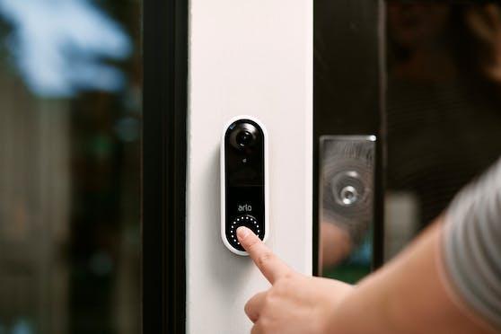 Die Arlo Video Doorbell mit hochauflösendem Live-Video.