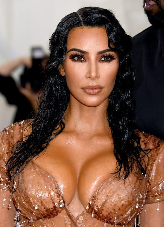 Durch den Verkauf von Anteilen ihres Beauty-Unternehmens hat Kim Kardashian Grund zur Freude: Sie ist die erste Kardashian-Milliardärin.