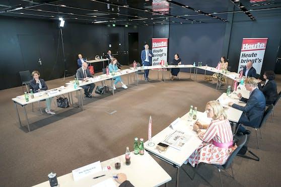 Round Table mit der Ministerin, die Abstandsregeln beachtend: Die wichtigsten Branchenprofis redeten Klartext, forderten auf, heuer Urlaub in Österreich zu machen.