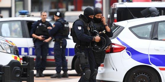 Schwerbewaffnete Polizisten und Soldaten räumten ein Einkaufszentrum in Paris. Zuvor war ein Bewaffneter im Inneren gemeldet worden.